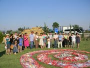 Ομάδα συμμετεχόντων στο Συμπόσιο και εκπρόσωποι των Βοτανικών Κήπων στον υπό κατασκευή Κήπο Περιβαλλοντικής Ευαισθητοποίησης στο ΚΓΕΒΕ/ΕΘΙΑΓΕ
