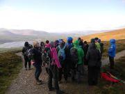 Κοντά στην κορυφή του Meall a'Bruachaille με θαυμάσια θέα και δυνατό αέρα