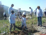 Τα παιδιά συμμετείχαν ολόκαρδα στην αναδάσωση.