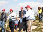 Οι εθελοντές HSBC με τον κ.Γ.Βεζανή έτοιμοι για το φύτεμα.